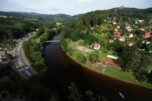 Pohled z vyhlídky poblíž hradu Vranov - Údolí řeky Jizery.
