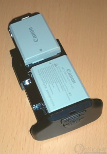 Akumulátory LP-E5 v zásobníku battery gripu BG-E5