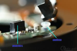 Černý konektor a jedna z manžetek