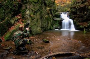 Petr fotografuje jeden z vodopádů na řece Huntavě