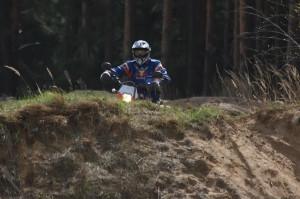 Motorkář v pískovně