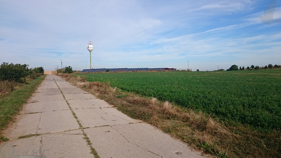 Cesta uzavřena poblíž odpočívadla.